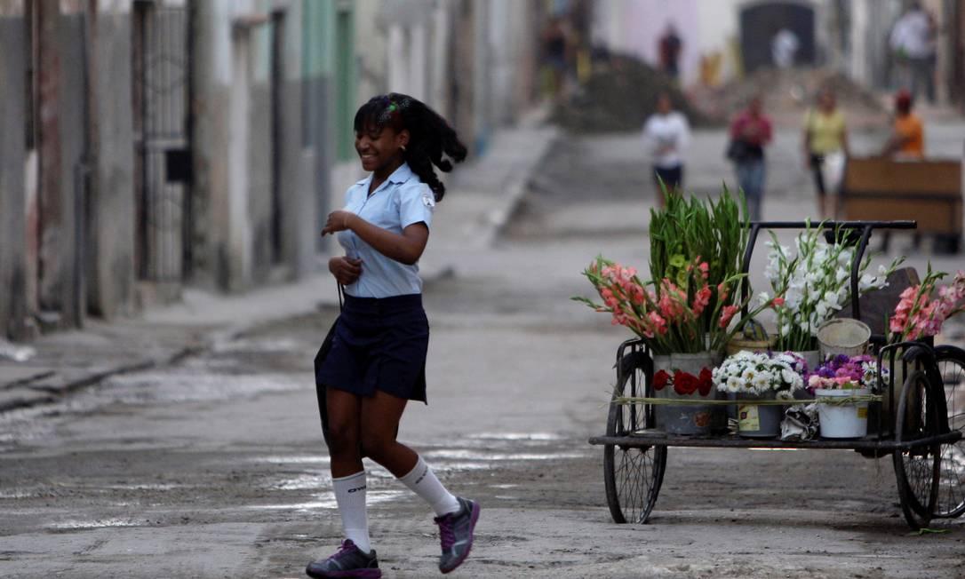 Jovem estudante atravessa rua de Havaba AP