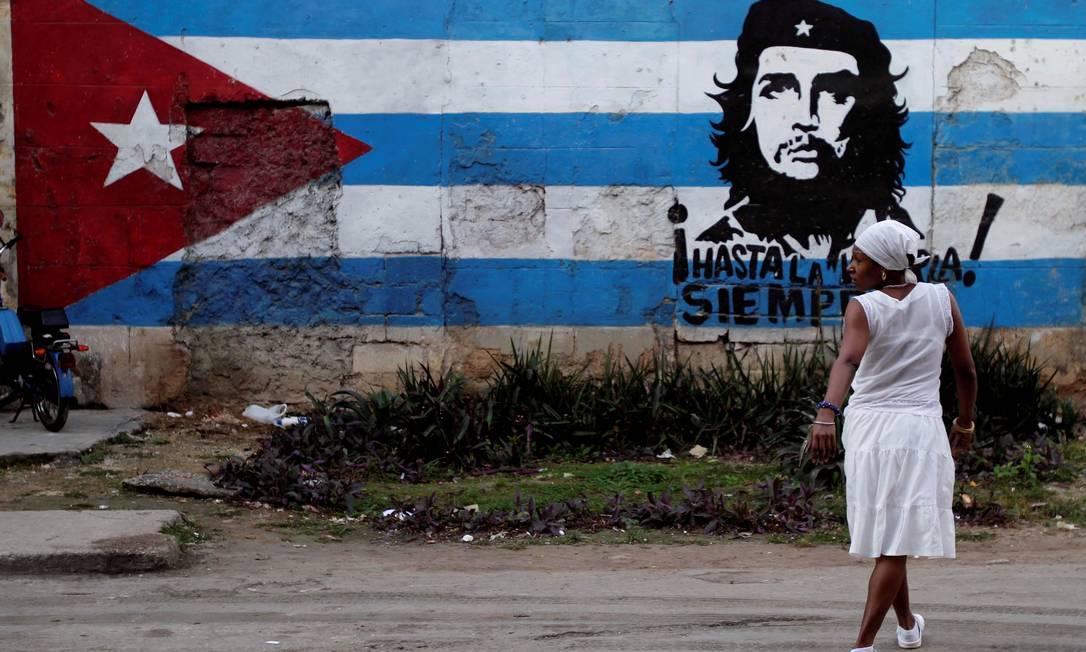 Num muro da capital, a bandeira cubana com a imagem de Che Guevara AP