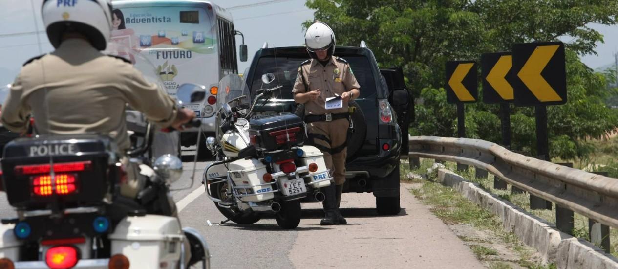 Inspetores da Polícia Rodoviária Federal em ação na Rodovia BR 101 ( Niterói-Manilha ) Foto: Eduardo Naddar / O Globo