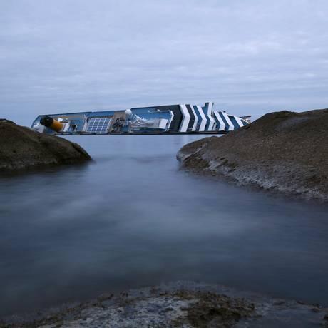 O cruzeiro Costa Concordia é visto da ilha de Giglio Foto: Darrin Zammit/ Reuters