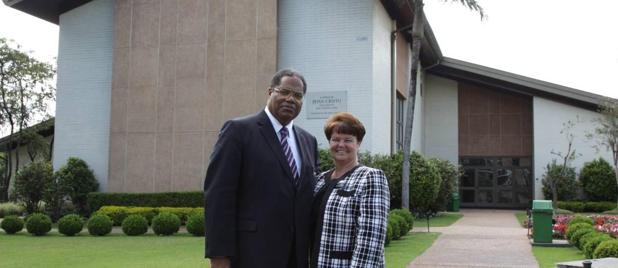 O Presidente dos missionários, Marcus Martins, e esposa Mirian, em frente a Igreja de Jesus Cristo dos Santos dos Últimos Dias Foto: O Globo / Michel Filho