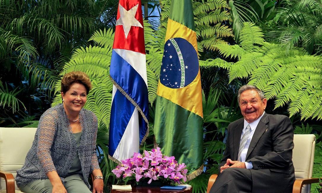 Dilma durante reunião privada com presidente cubano, Raul Castro Foto: Agência O Globo