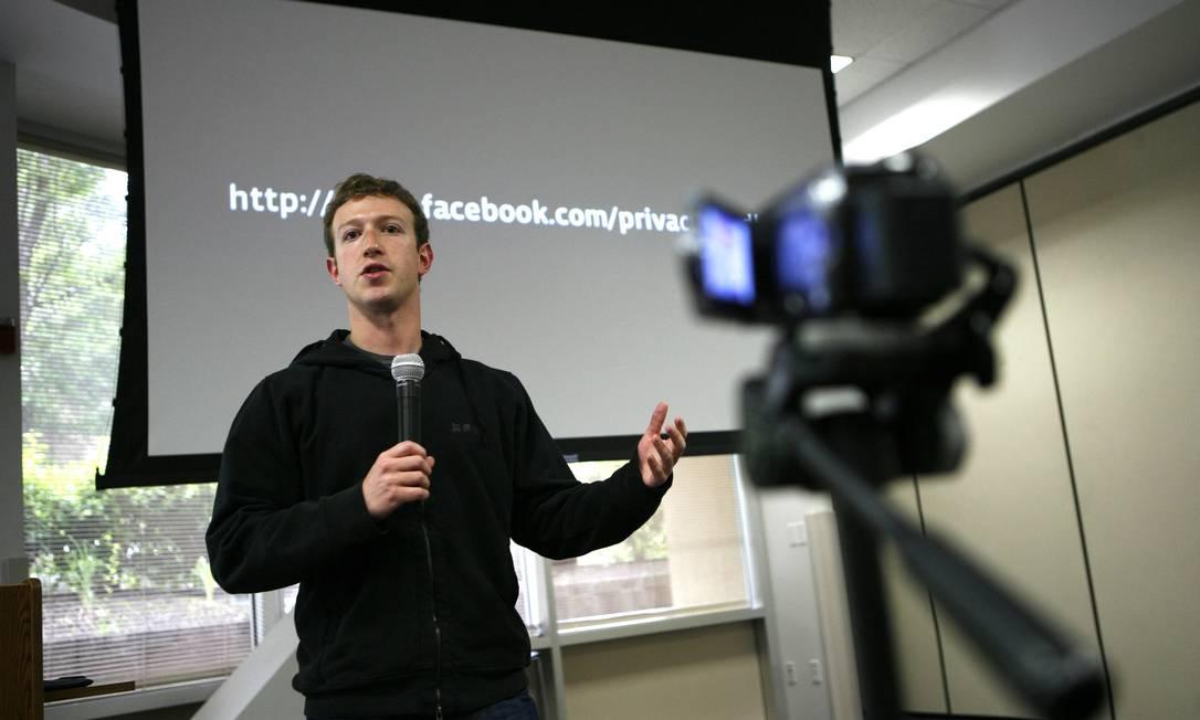 Fundador do Facebook, Mark Zuckerberg, fala durante coletiva de imprensa na sede da rede social em Palo Alto, Califórnia Foto: ROBERT GALBRAITH / REUTERS