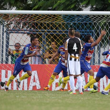 Jogadores do Madureira comemoram o primeiro gol sobre o Botafogo Foto: Agência O Globo / Alexandre Cassiano