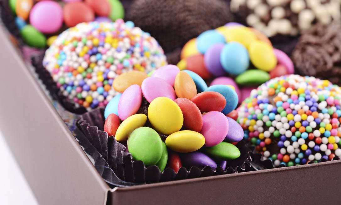 Brigadeiros carnavalescos (chocolate preto ou branco) / R$ 88 a caixa com 18 unidades - Beth Chocolates - Shopping Leblon - Tel.: (21) 3875-1868 Divulgação