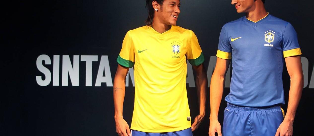 Neymar e Ganso com os novos uniformes da seleção Foto: Alexandre Cassiano / O Globo