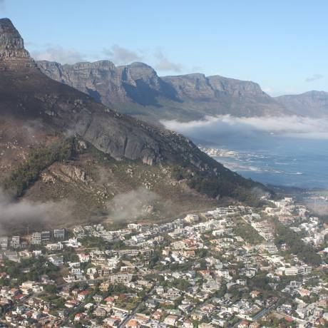 Litoral montanhoso da Cidade do Cabo vista de helicóptero: cidade foi eleita pelos usuários do Trip Advisor como o melhor destino no mundo Foto: Bruno Agostini / O Globo