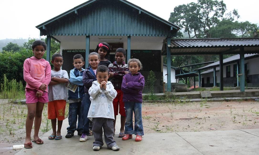 CRIANÇAS DO bairro da Posse, em Teresópolis, fazem coro e dizem que querem estudar