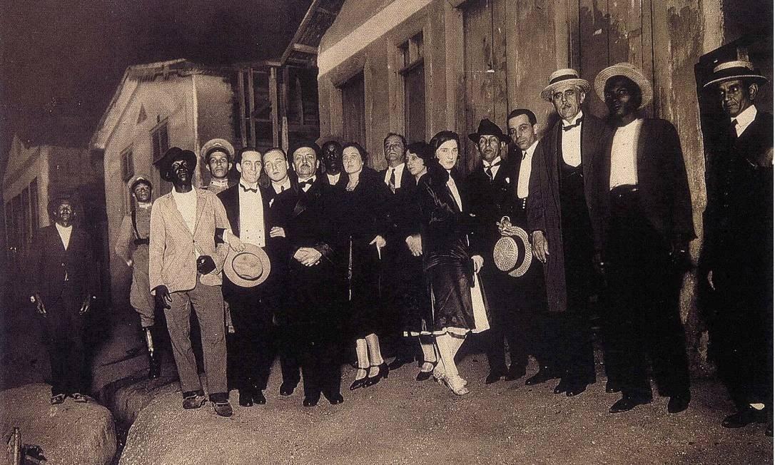 Marinetti (no centro, de bigode), no Rio, em 1926, durante série de conferências na América do Sul Foto: Arquivo