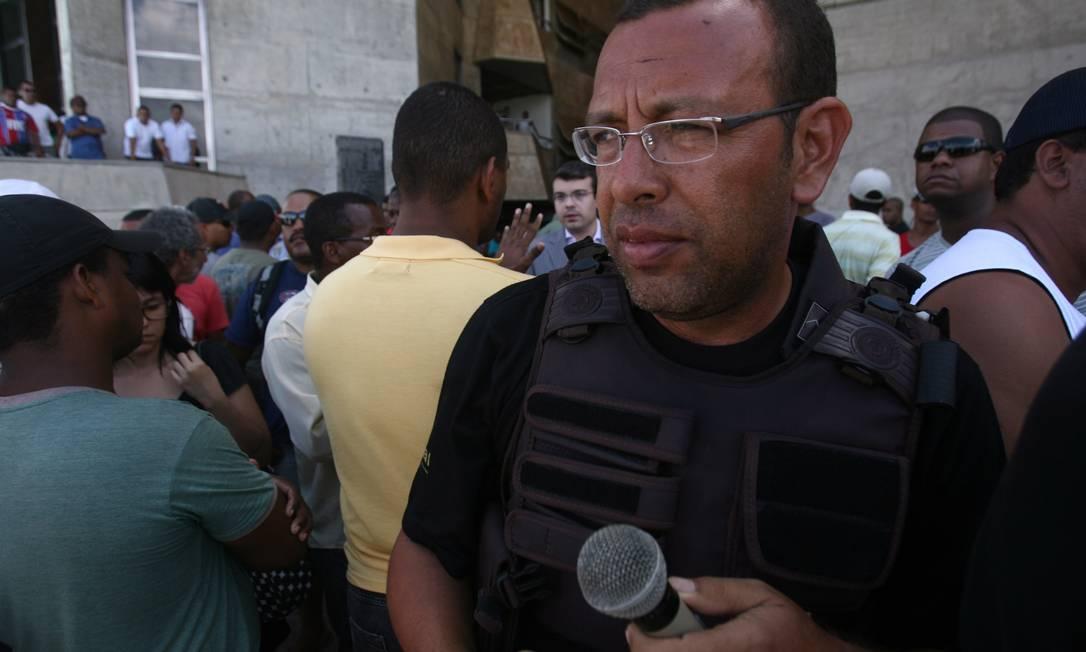 Policiais militares continuam ocupando a Assembleia Legislativa da Bahia. Na foto, Marco Prisco, líder do movimento grevista Foto: Agência A Tarde