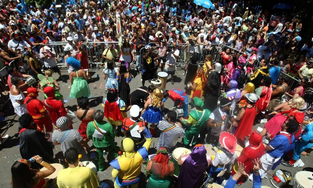 Uma banda com músicos fantasiados empolga a multidão no pré-carnaval Felipe Hanower / O Globo