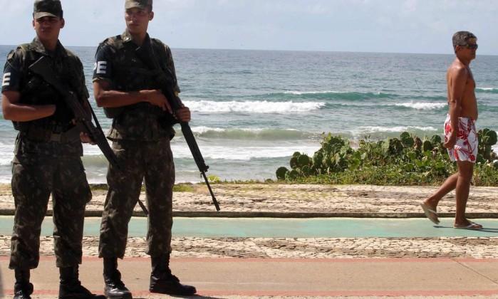 Devido à greve da PM baiana, militares das tropas federais mudaram o cenário da orla soteropolitana Agência A Tarde