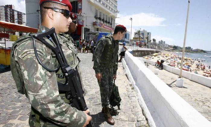 Militares da tropa federal fazem o patrulhamento no Farol da Barra Agência A Tarde