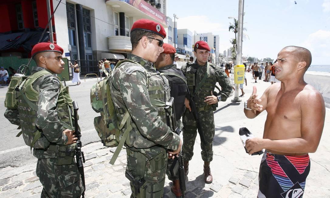 Banhista queixa-se de assalto com militares próximo ao Cristo da Barra Agência A Tarde