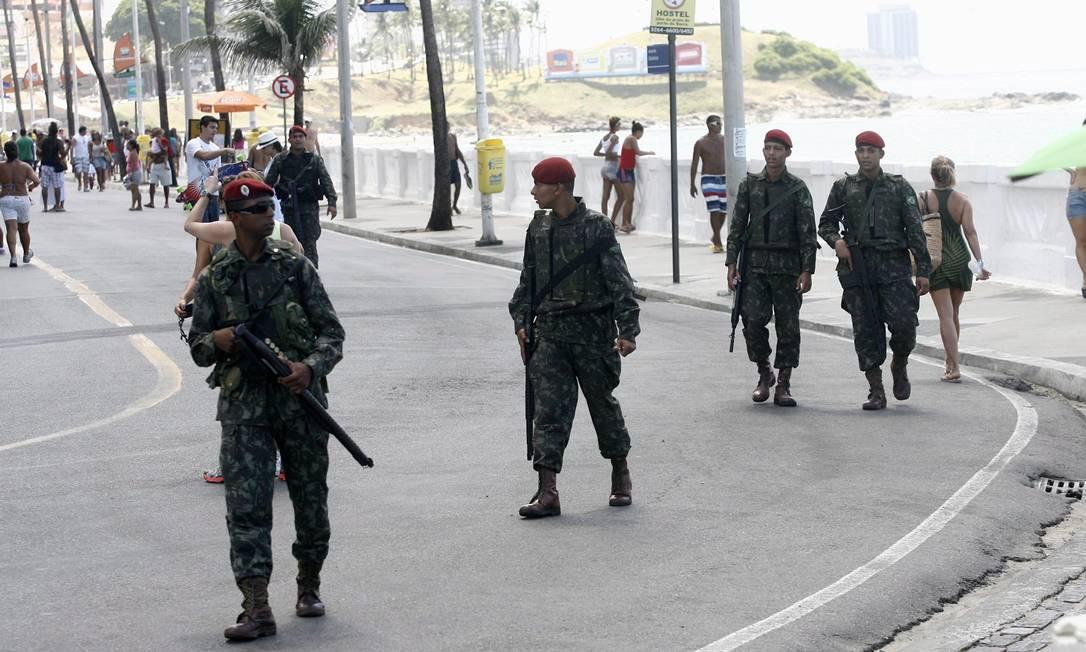 Os militares andam em grupos por toda a orla da capital baiana Agência A Tarde