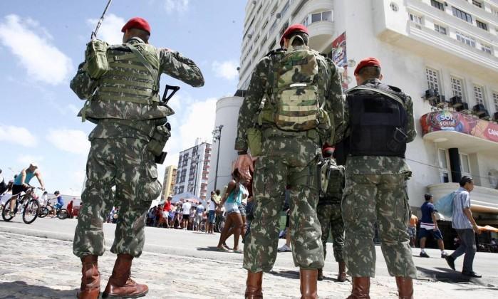 O policiamento no Farol da Barra foi reforçado devido ao domingo de sol Agência A Tarde