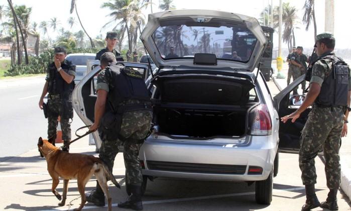 Militares do Batalhão de Polícia do Exército, fazem blitz na orla da Praia de Jaguaribe, em Salvador Agência A Tarde