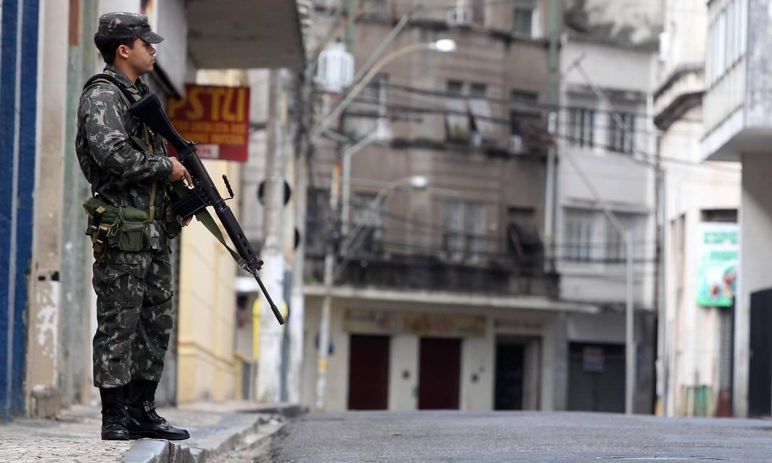 Segundo um militar do exército, por volta das 2h30 da madrugada deste domingo, uma viatura da PE foi recebida a tiros na Av. Paralela, próximo ao Bairro da Paz Agência A Tarde
