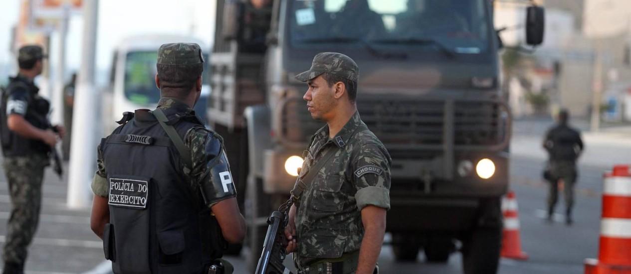 Policiais do exército estão nas ruas de Salvador na tentativa de garantir a segurança da população Foto: Agência A Tarde