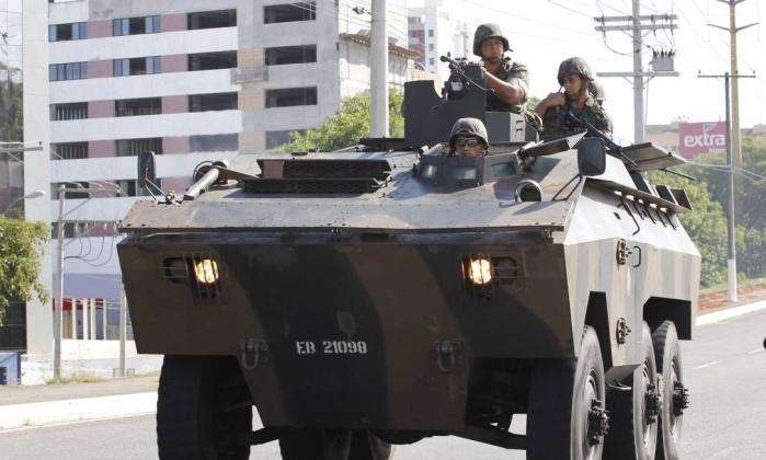 O reforço do policiamento também conta com carros blindados do Exército Brasileiro Divulgação
