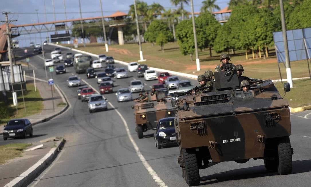 Os carros blindados do Exército Brasileiro já mudam o cenário da capital baiana Agência Reuters