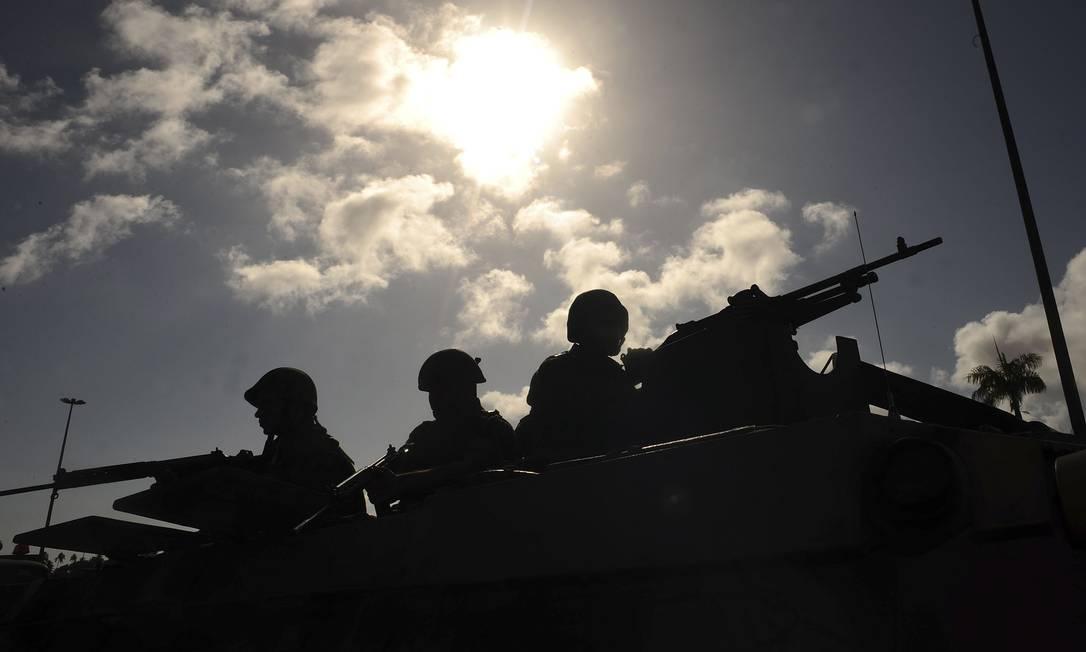 Sob o sol que fez neste domingo em Salvador, soldados do Exército se posicionam para garantir a segurança da cidade Agência Reuters