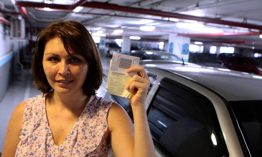 A representante de laboratório Márcia Melo reclama dos valores altos Foto: Gustavo Stephan / O Globo