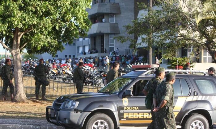 Em um dos confrontos, os manifestantes chegaram a jogar dois tijolos e dois sacos de carvão contra a tropa das Forças Armadas Divulgação / Governo da Bahia