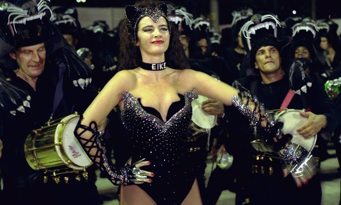 Na vida pessoal, Eike também sempre chamou a atenção. Em 1998, a modelo Luma de Oliveira, então esposa do de Eike Batista, desfilou no carnaval da Tradição com uma polêmica coleira com o nome do empresário Foto: Arquivo/O Globo / André Arruda