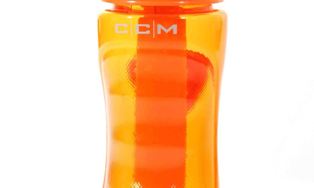 Para levar água, garrafinha laranja (detalhe), da CCM Sports / R$ 49 - www.ccmsports.com.br Divulgação