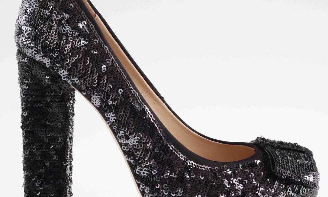 Scarpin preto com paetê e laço, da Constança Basto / R$ 759 - Shopping Fashion Mall - Tel.: (21) 2422-0355 Divulgação