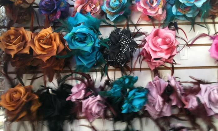 Arranjos de flores para os cabelos / R$ 3,75 (cada) - Maxibiju, na Saara - Tel.: (21) 2252-5123 Nice de Paula