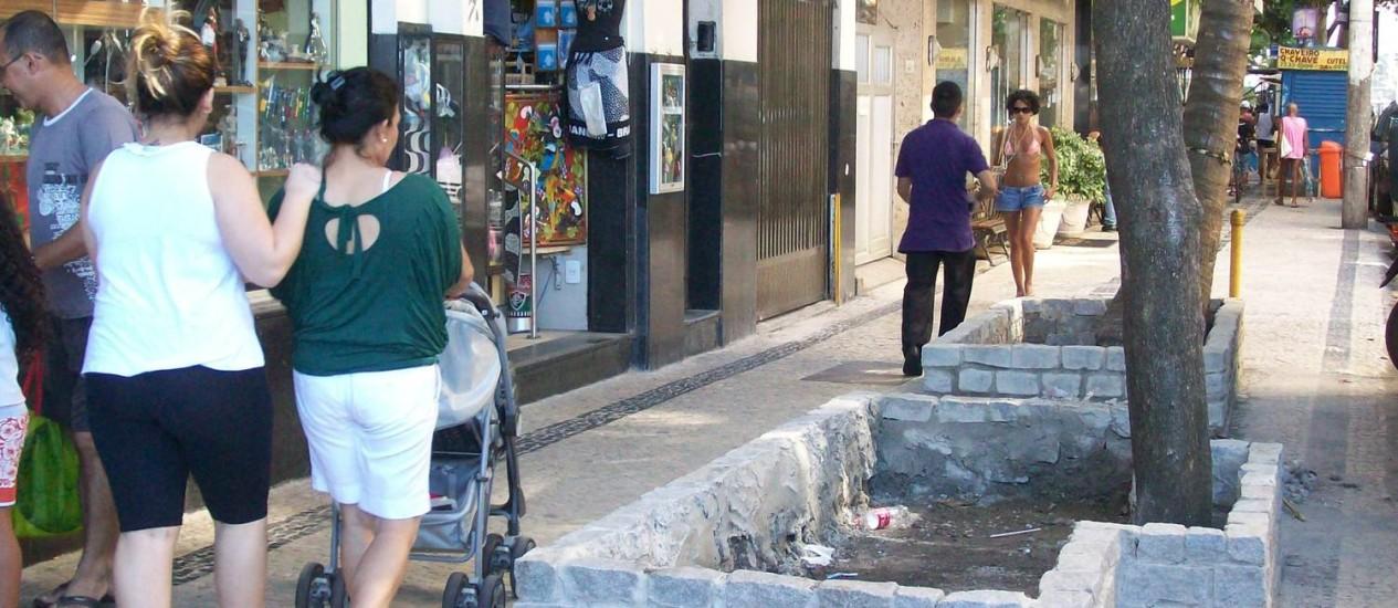 Canteiros atrapalham passagem em trecho movimentado da Rua Siqueira Campos, em Copacabana Foto: Foto do leitor João Carlos Moreira