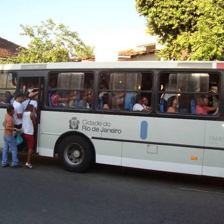 Passageiros embarcam em ônibus lotado na Rua Guilhermina, no bairro Encantado, Zona Norte do Rio Foto: Foto da leitora Ana Maria Pereira