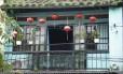 Lanternas na varanda de uma casa na cidade colonial de Hoi An, no Vietnã