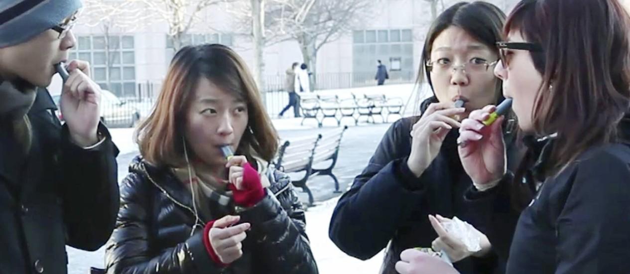 ESTUDANTES DA Universidade de Boston experimentam o Aeroshot, cafeína para ser sugada que vem num tubo do tamanho de um batom e foi inventada por um professor de Harvard Foto: AP/Rodrigue Nigowi