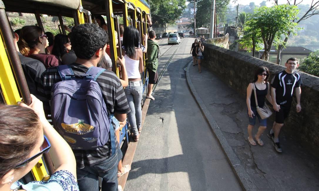 Cariocas e turistas viajam no bonde de Santa Teresa. Arquivo/25.06.2011 Foto: O Globo / Paulo Nicolella