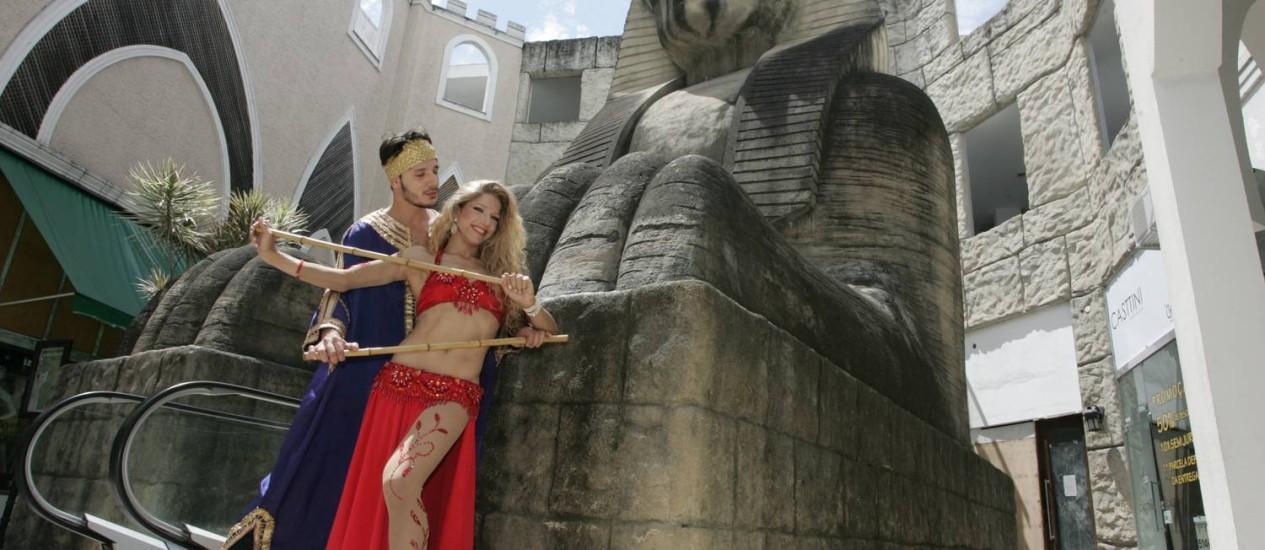 AREIAS HERBERT e Izlene Cristina fazem apresentações de dança do ventre no Shopping Barra World Foto: Pedro Teixeira