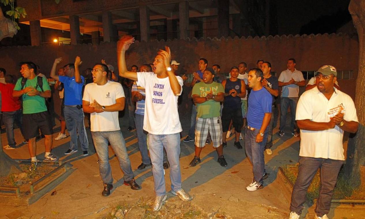 Minutos após o anúncio da greve, policiais e bombeiros deixaram a Cinelândia rumo aos batalhões e delegacias em que são lotados Foto: Fernando Quevedo / O Globo