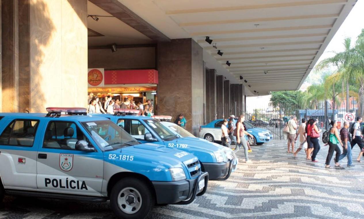 E um dia após o tumulto na Central do Brasil, o policiamento na estação está menor. Na entrada, apesar das cinco viaturas paradas, apenas dois policias permaneciam dentro dos carros Foto: O Globo / Gabriel de Paiva