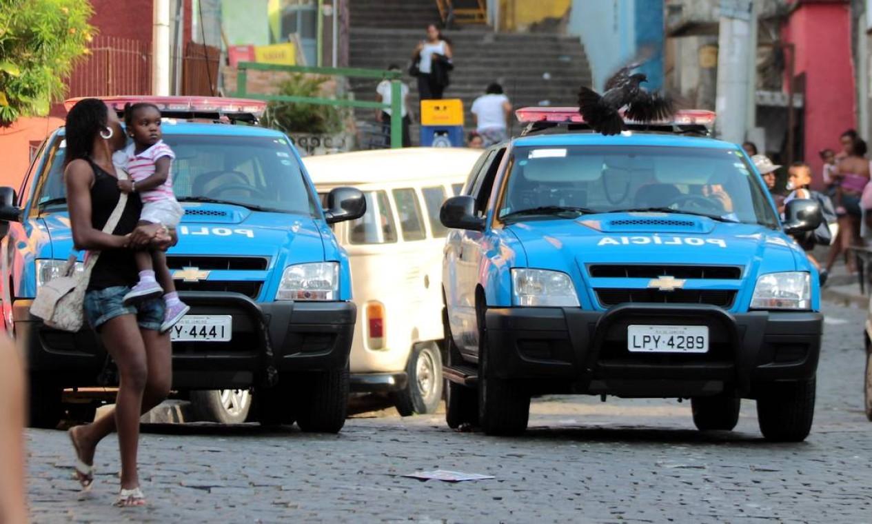 No primeiro dia da greve dos policiais, UPP do Dona Marta, em Botafogo, tem policiamento normal Foto: Gabriel de Paiva / O Globo