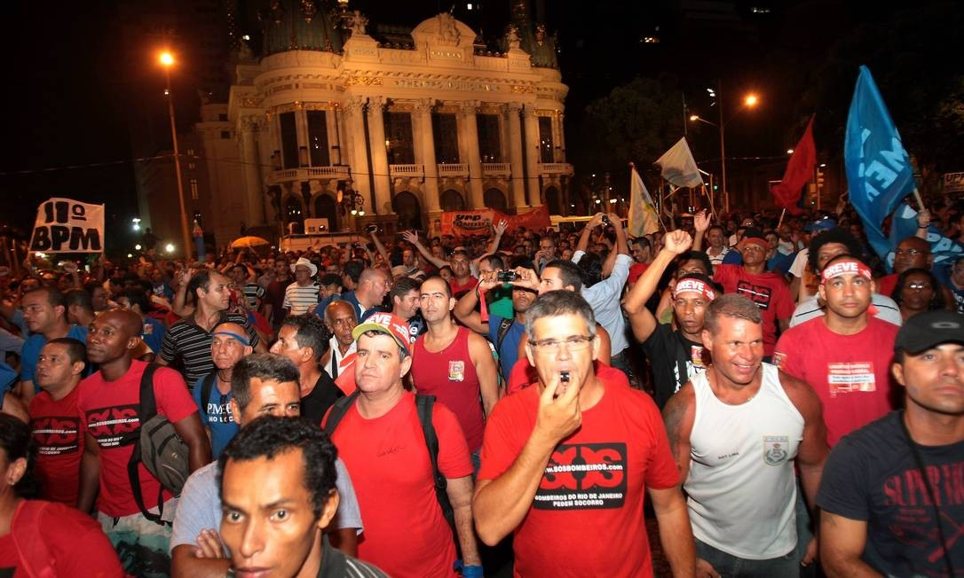 Representantes das polícias Militar, Civil e dos Bombeiros anunciaram uma greve no fim da noite da quinta-feira Foto: Marcelo Piu / O Globo