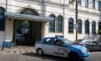 Carro deixa o 3º BPM (Méier) para policiamento na manhã desta sexta-feira