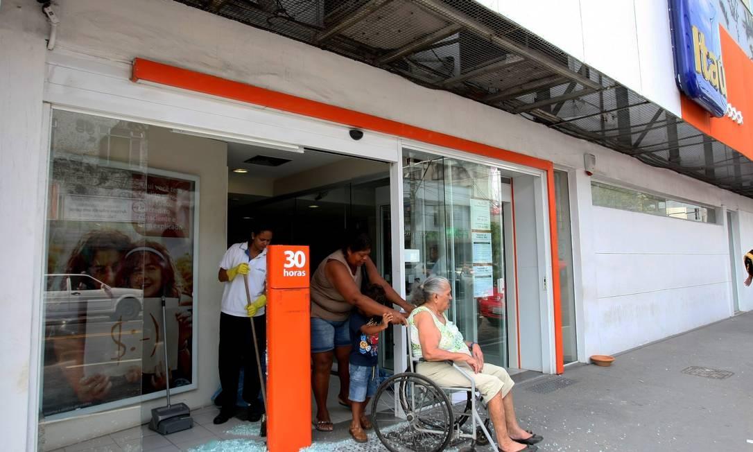 Uma agência da Caixa Econômica foi depredada no bairro do Paraíso, em São Gonçalo. Por enquanto, não há confirmação de que o ato de vandalismo esteja associado à greve da PM Foto: Carlos Ivan / O Globo