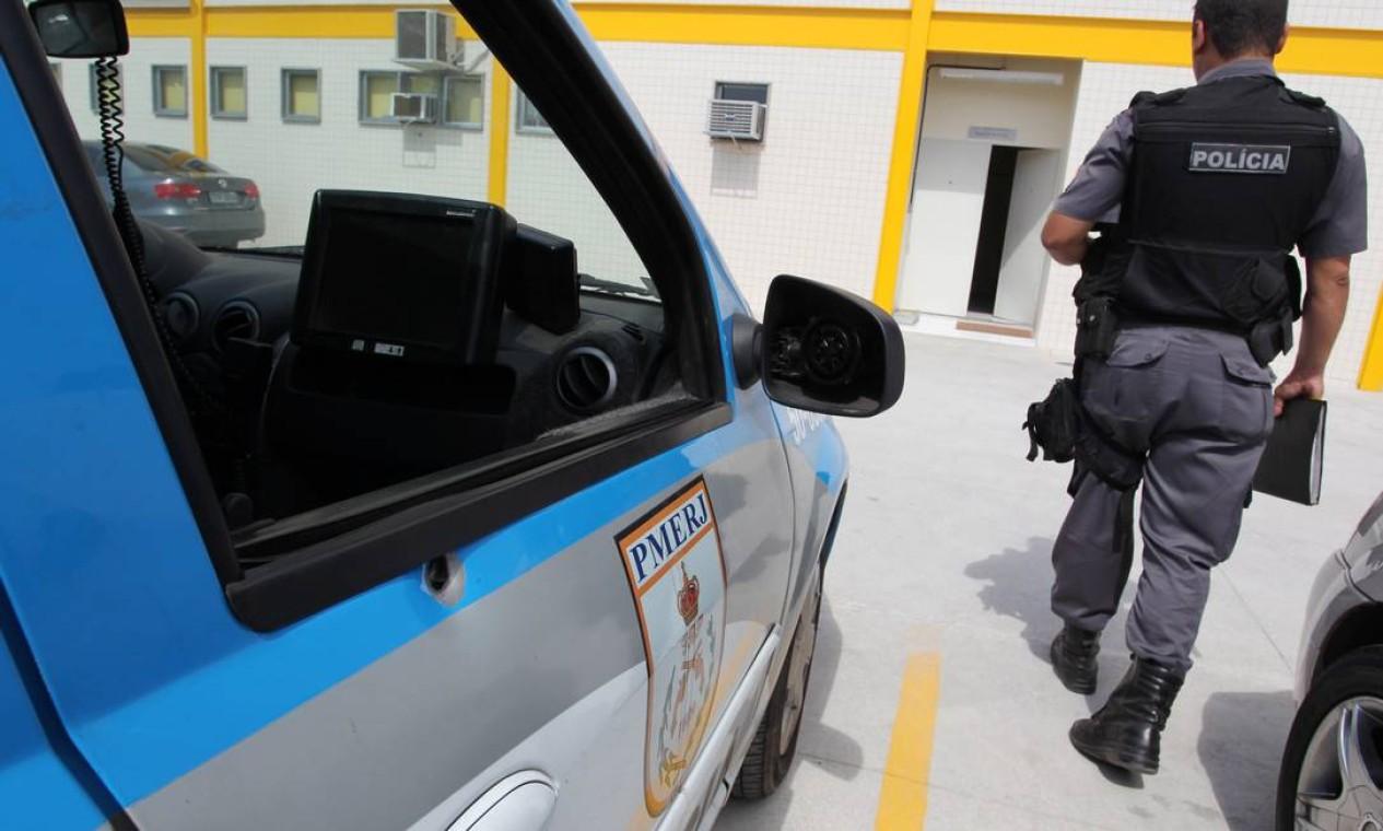 Uma viatura da PM foi alvo de um tiro neste manhã na Avenida Brasil, na altura do bairro de Barros Filhos. O veículo estava ao lado de uma cabine onde havia dois policiais. Ninguém ficou ferido. Foto: O Globo / Márcia Foletto