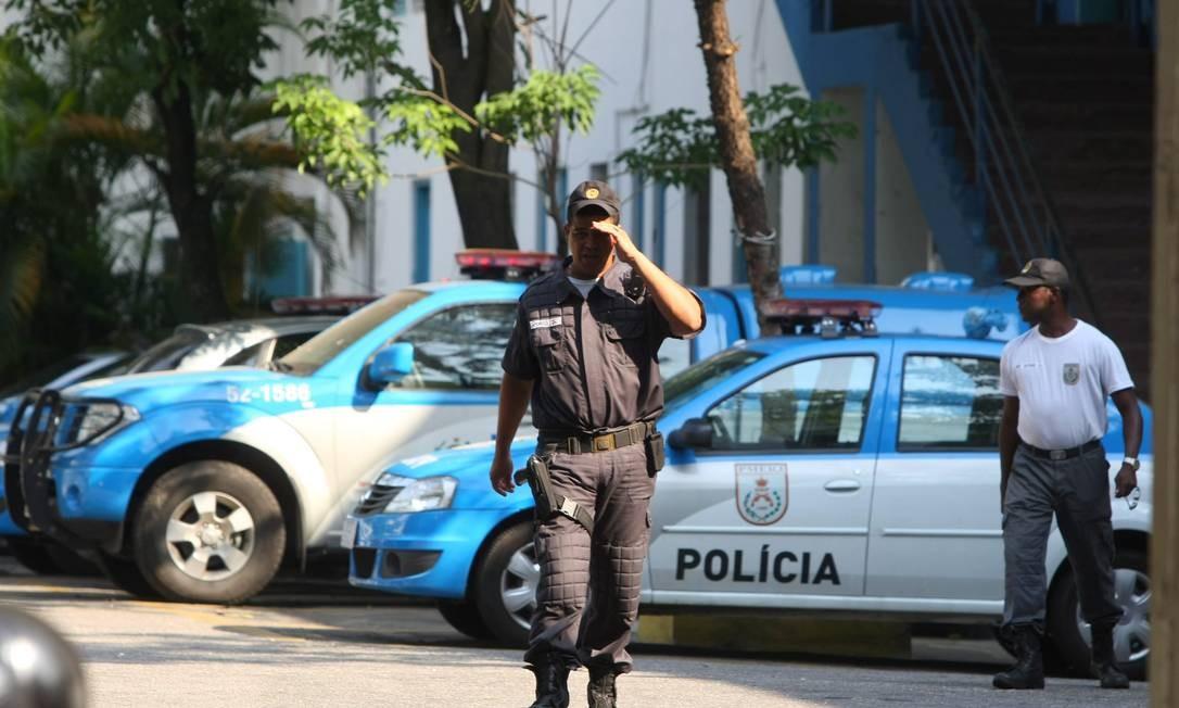 No 3º BPM (Méier), as viaturas estão dentro do batalhão Foto: Guilherme Pinto / Extra