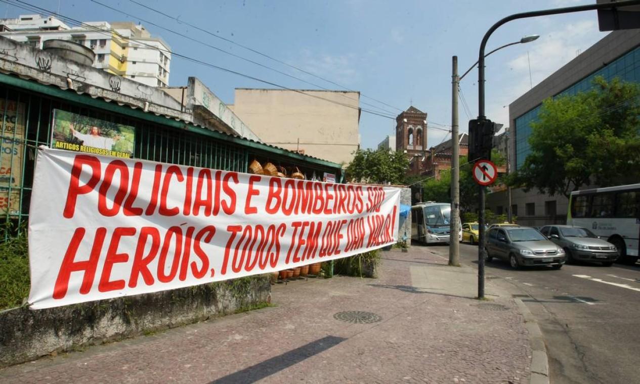 Em frente ao quartel do Méier foi pendurada uma faixa de protesto Foto: Guilherme Pinto / Extra