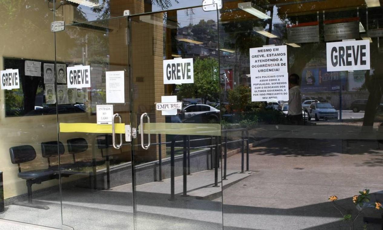 Apesar da informação de que as delegacias estão funcionando normalmente, a 73ª DP (Neves), em São Gonçalo, está com as portas fechadas. Um aviso afirma que apenas ocorrências de urgência estão sendo atendidas Foto: Carlos Ivan / O Globo
