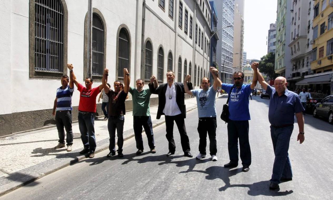 Líderes da greve dos policiais fazem caminhada pelo Centro do Rio até o Comando da Polícia Militar em solidariedade aos mandados de prisão expedidos Foto: Custódio Coimbra / O Globo