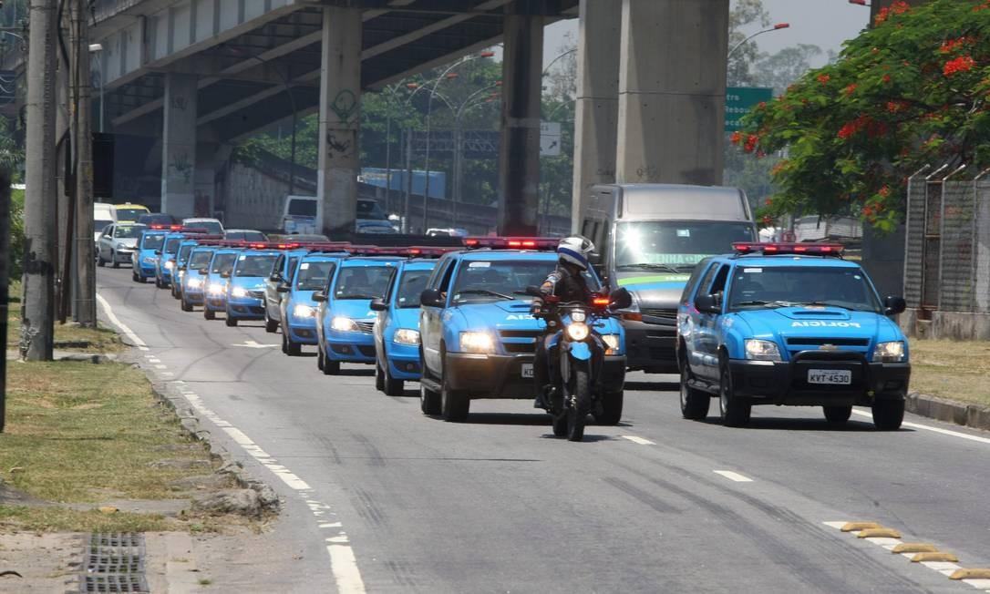 Comboio de carros da PM em greve faz protesto pelas vias do Rio, na tarde desta sexta-feira Foto: Guilherme Pinto / Extra
